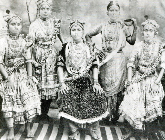 A szajháktól a tábori kurtizánokig: a prostitúció több 100 éves története