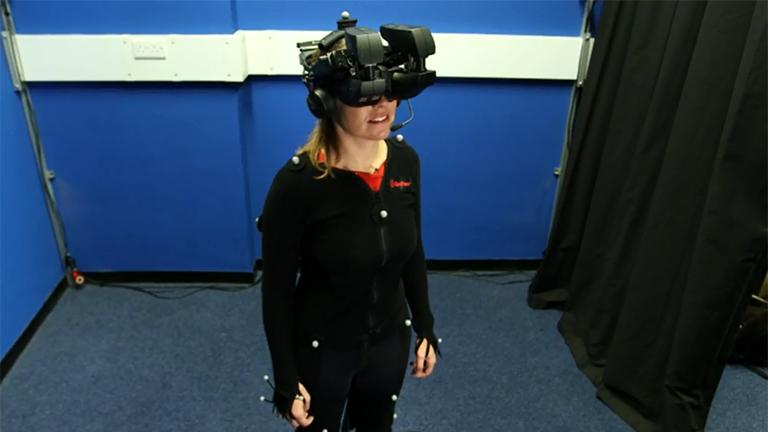 Claudia Hammond, a BBC munkatársa teszteli a virtuális valóság depresszió elleni alkalmazását (Fotó: BBC)
