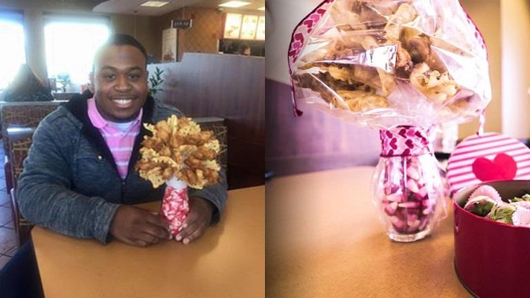 Csirkefalatokból készített csokrot a barátnőjének ez a férfi - képek