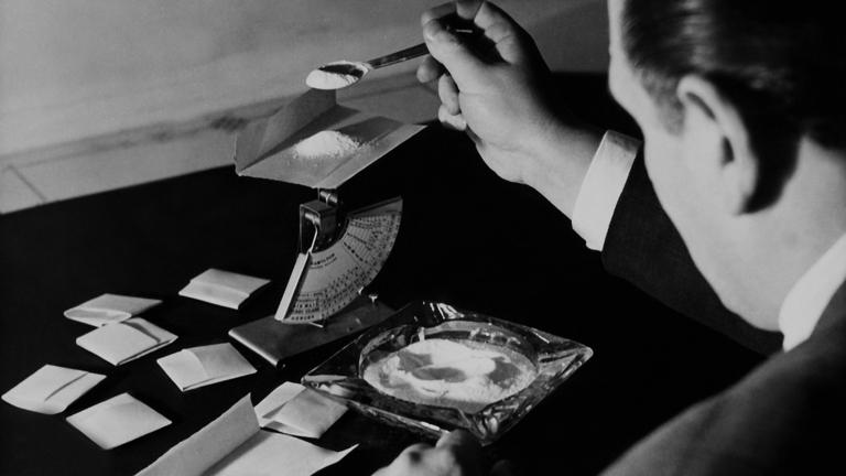 Egy férfi heroint csomagol kisebb adagokba (1940)