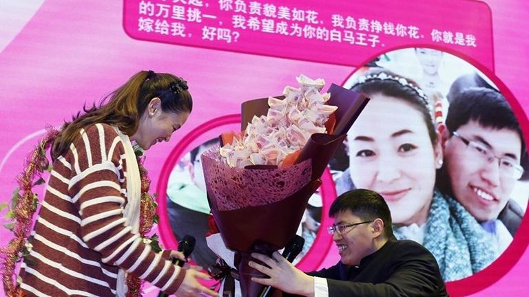 Egy csokor pénzzel kérte meg barátnője kezét