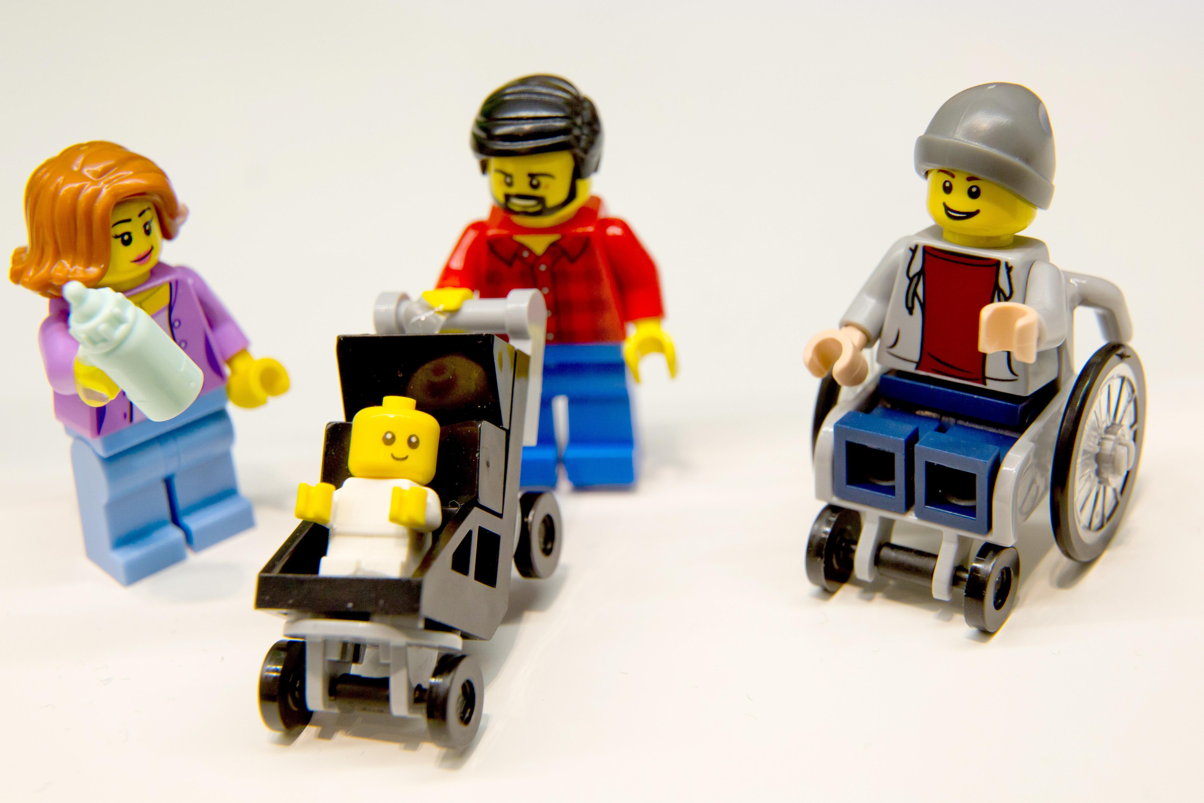 Az új LEGO City-ben a legmenőbb a gyesen lévő apuka figurája