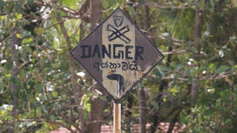 A felvilágosult falusiak ilyen táblákkal igyekeznek mindenki távol tartani