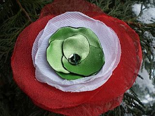 Piros, fehér, zöld organza, kerekre vágva és középen összefogva, és kész is a díszes kokárda.