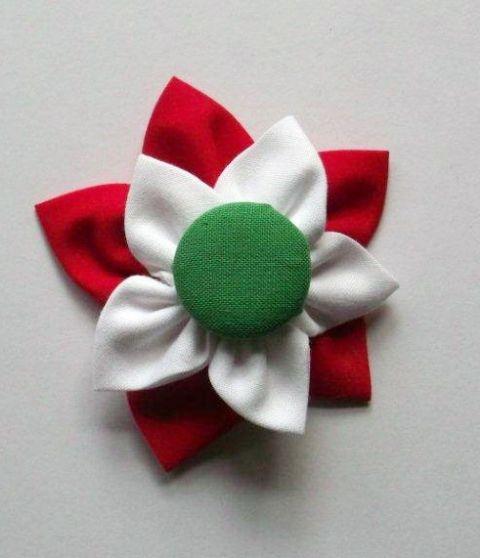 Ehhez a kokárdához egy zöld, textillel bevont gomb köré varrjunk fehér, majd piros textilt virágalakzatban.