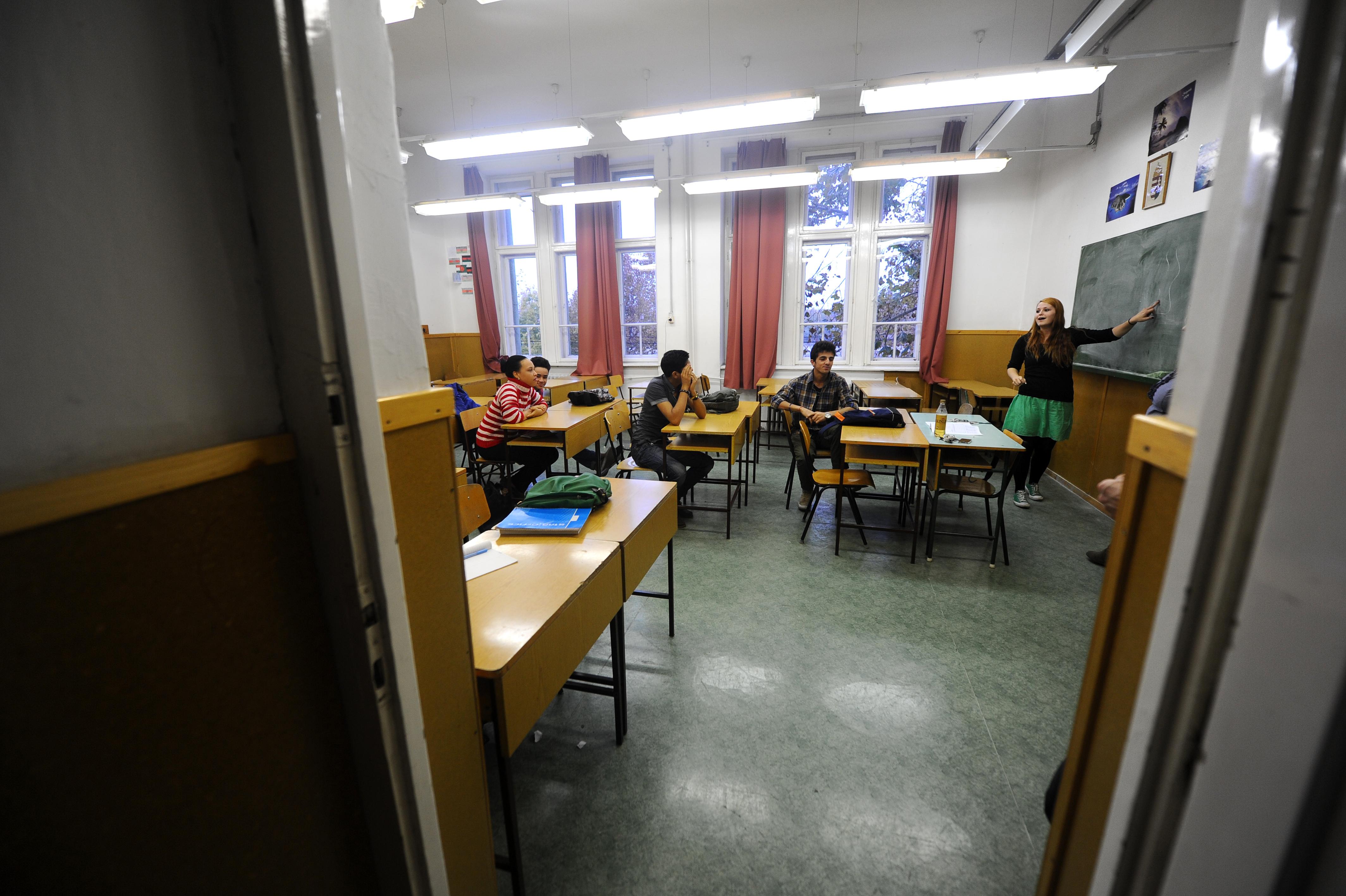 Sok diák inkább nem megy mosdóba a kosz és a szagok miatt. (Fotó: Europress)
