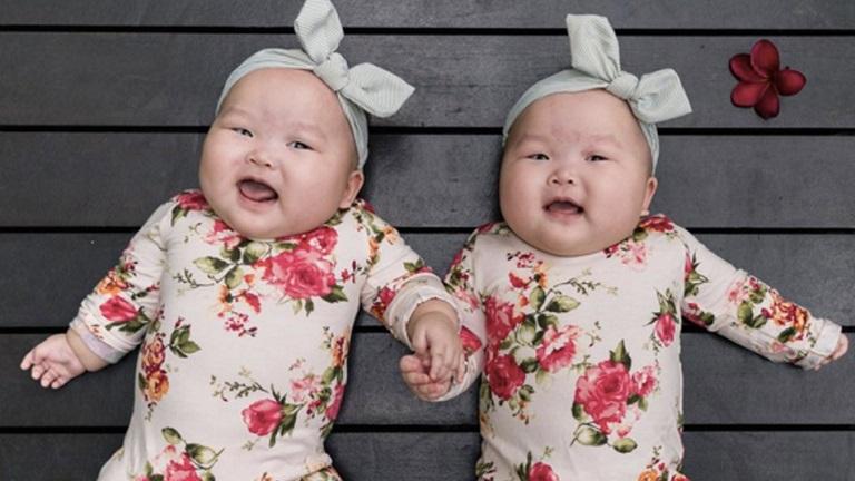 Elolvadsz, ha meglátod az összeöltöztetett ikerbabák fotóit!