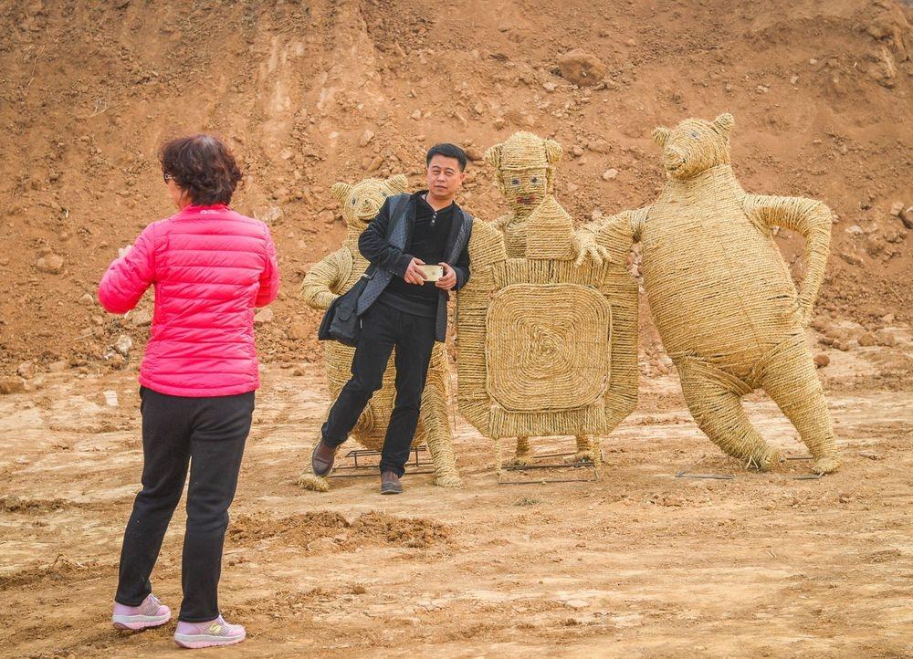 Ezek a különleges kínai madárijesztők egyáltalán nem ijesztik el az embereket