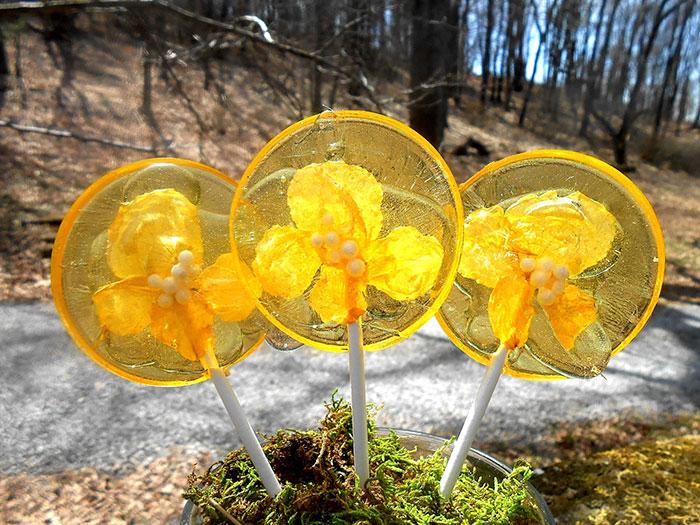 Ehető virágszirmok a nyalók közepében - képek