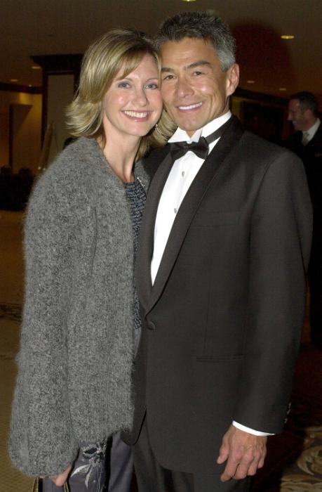 2001-ben készült a kép, amikor McDermott és Newton-John az esküvőjükről beszéltek mindenkinek