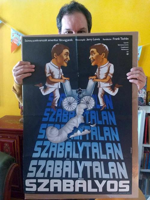 Badits Marcell az aukció egyik plakátjával (Fotó: Andersen Dávid)