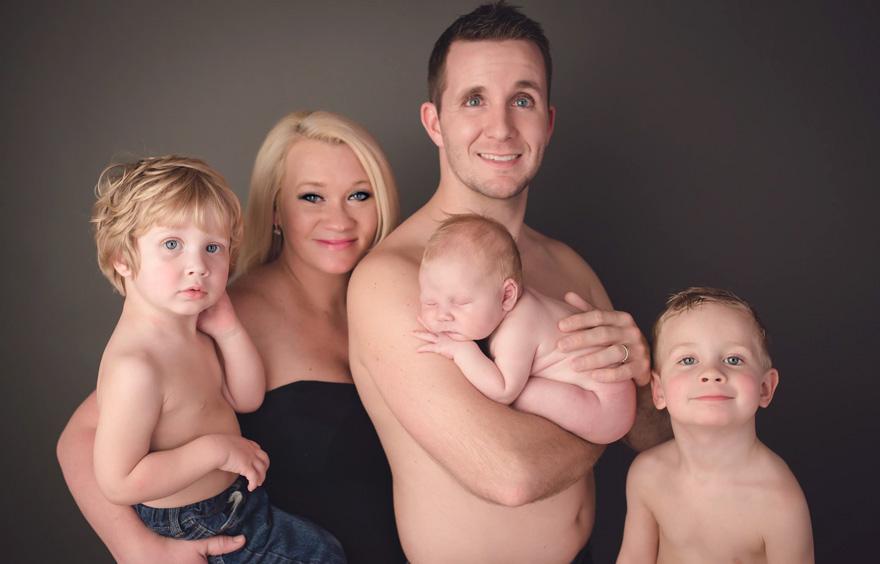 Pisiléssel tette felejthetetlenné a családi fotózást a kisbaba