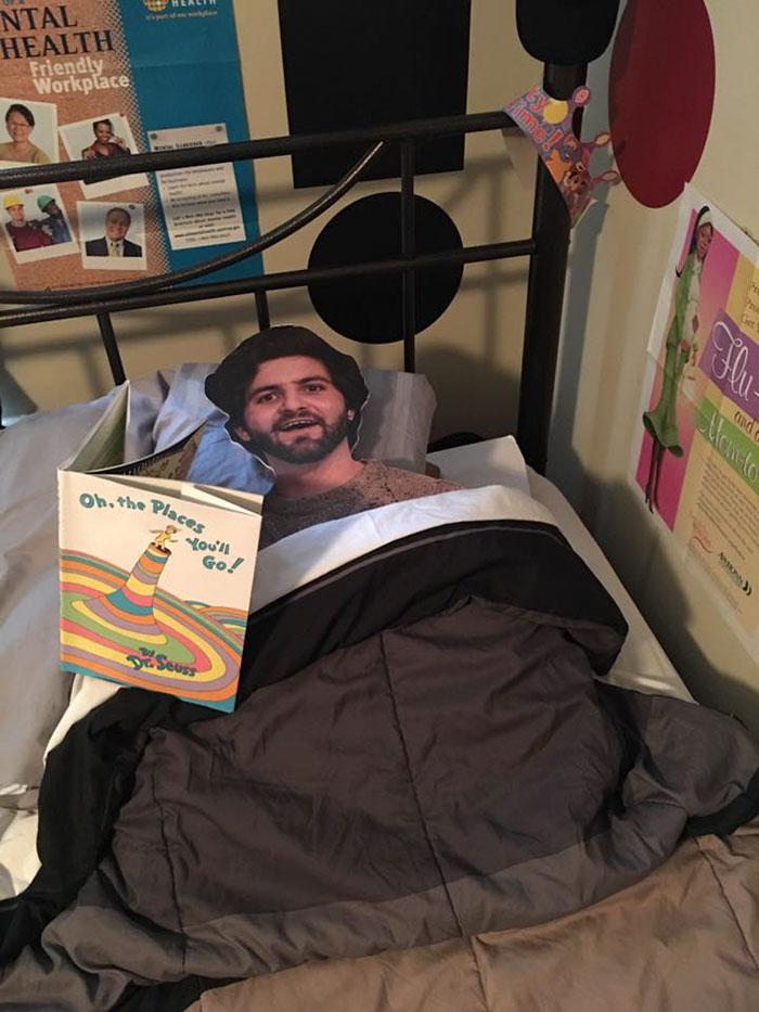 Megbánta a fiú, hogy saját magát adta kartonból az anyjának - vicces képek
