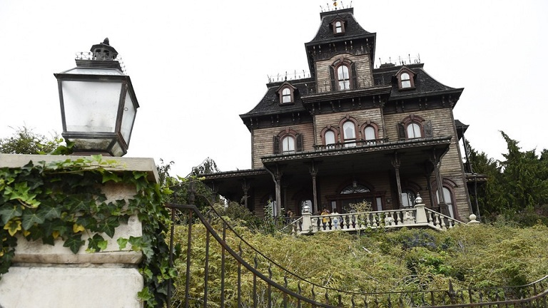 Rémálom Disneylandben: valódi hullára bukkantak a kísértetházban