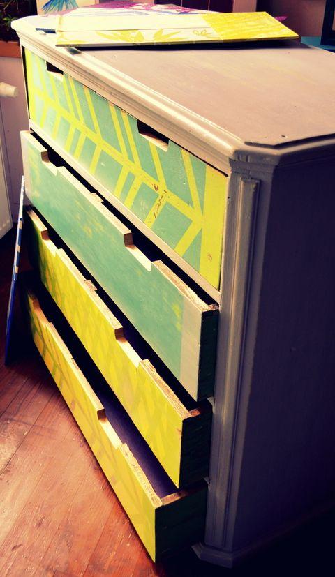 Például egy régi komódot felújíthatsz úgyis, hogy az általad kedvelt színekre fested. Máris máshogy fog mutatni!