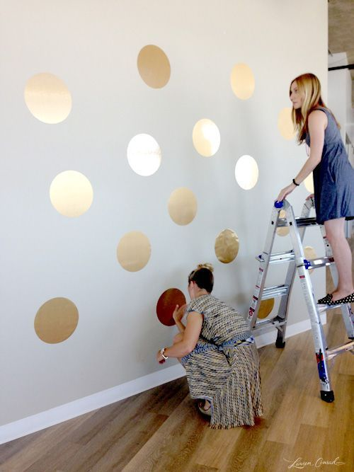 Az idei év trendszíne az arany, így feldobhatod az unalmas fehér szobádat egy-két arany matricával is.
