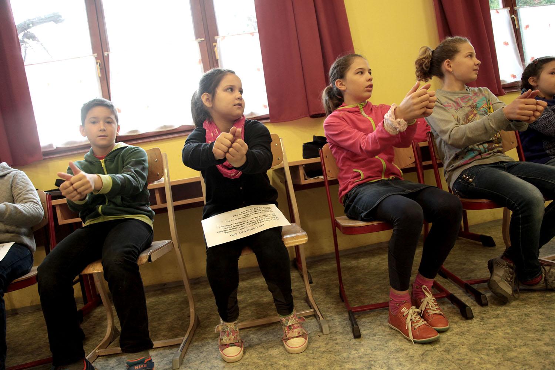 Hegymenet kerekesszékkel és bevásárlás vakon - érzékenyítő napot tartottak kisiskolásoknak