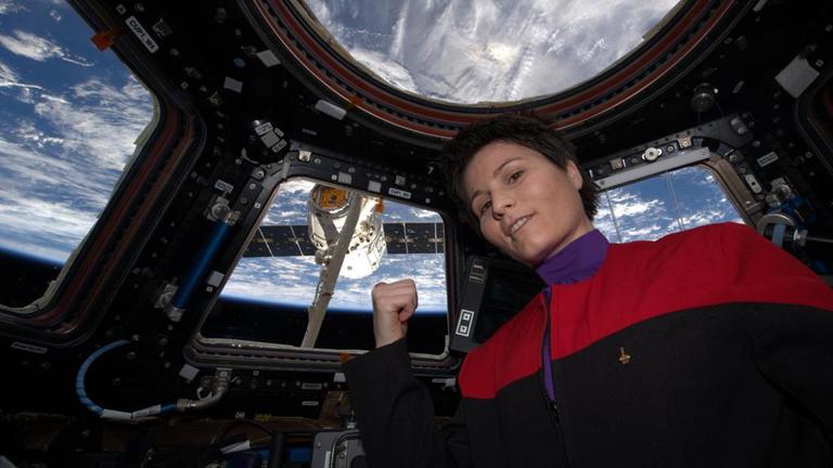 Érkezik a kávé az űrállomásra: Samantha Cristoforetti Star Trek egyenruhában köszönti a szállítmányt (Fotó: NASA)