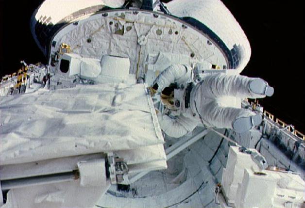Kathryn D. Sullivan űrséta közben (Fotó: NASA)