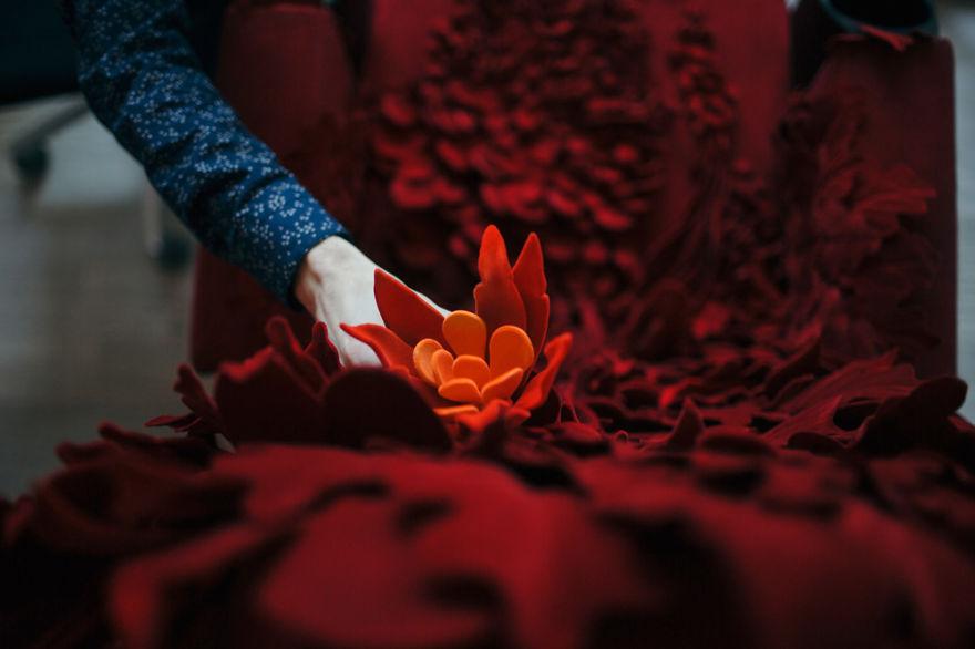 Virágba borult műalkotást varázsolt a moziszékből