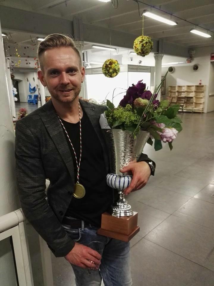 Tamás, és a jól megérdemelt kupa.