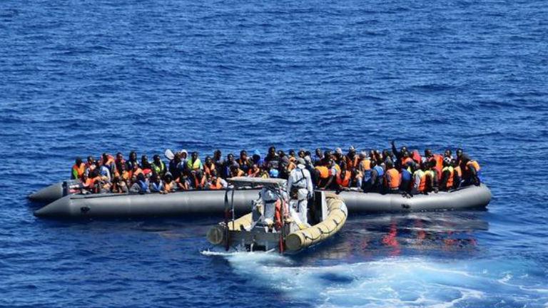 Közel 400 menekült fulladt a tengerbe
