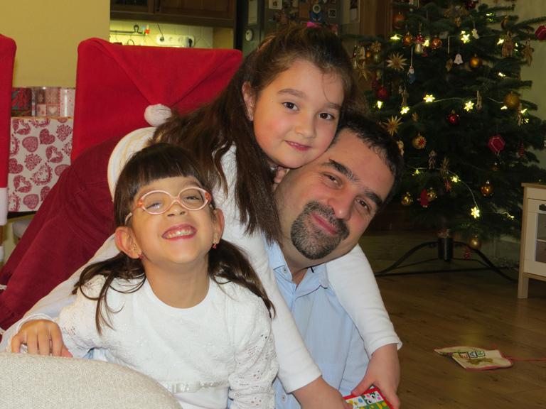 Hanna és Fanni apukájuk nyakában