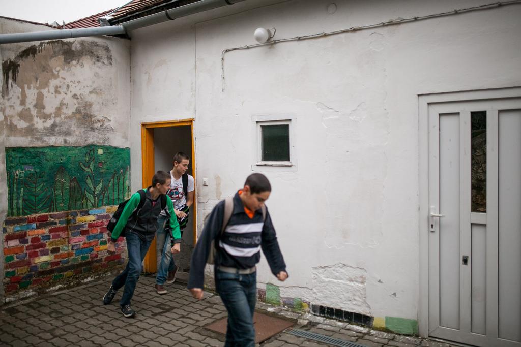 Diákok érkeznek a hátrányos helyzetű gyerekek felzárkóztatásával is foglalkozó pécsi Faág tanoda épületébe. Fotó: Magócsi Márton