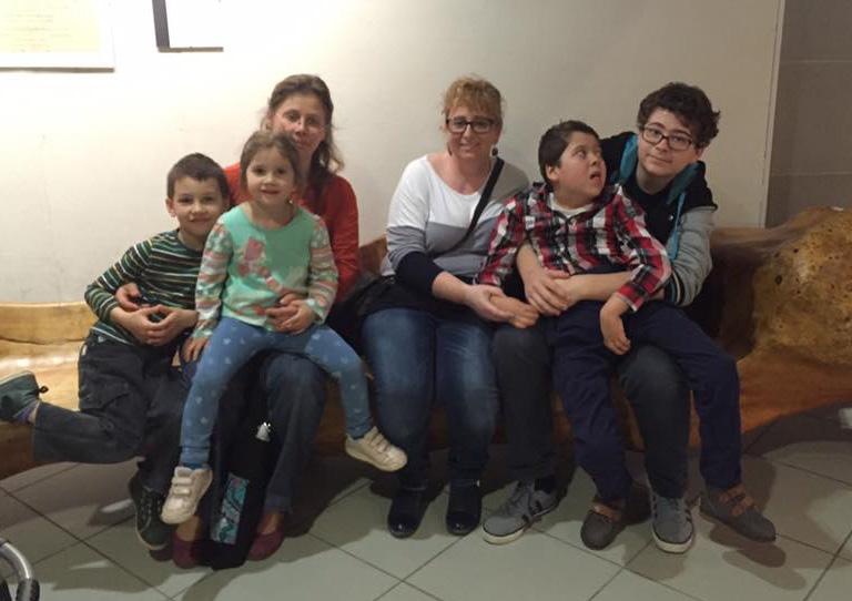 Nóra és Alíz a gyerekekkel