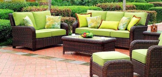 Egy zöld kertibútor nemcsak tavasszal, de nyáron is jól fog mutatni.