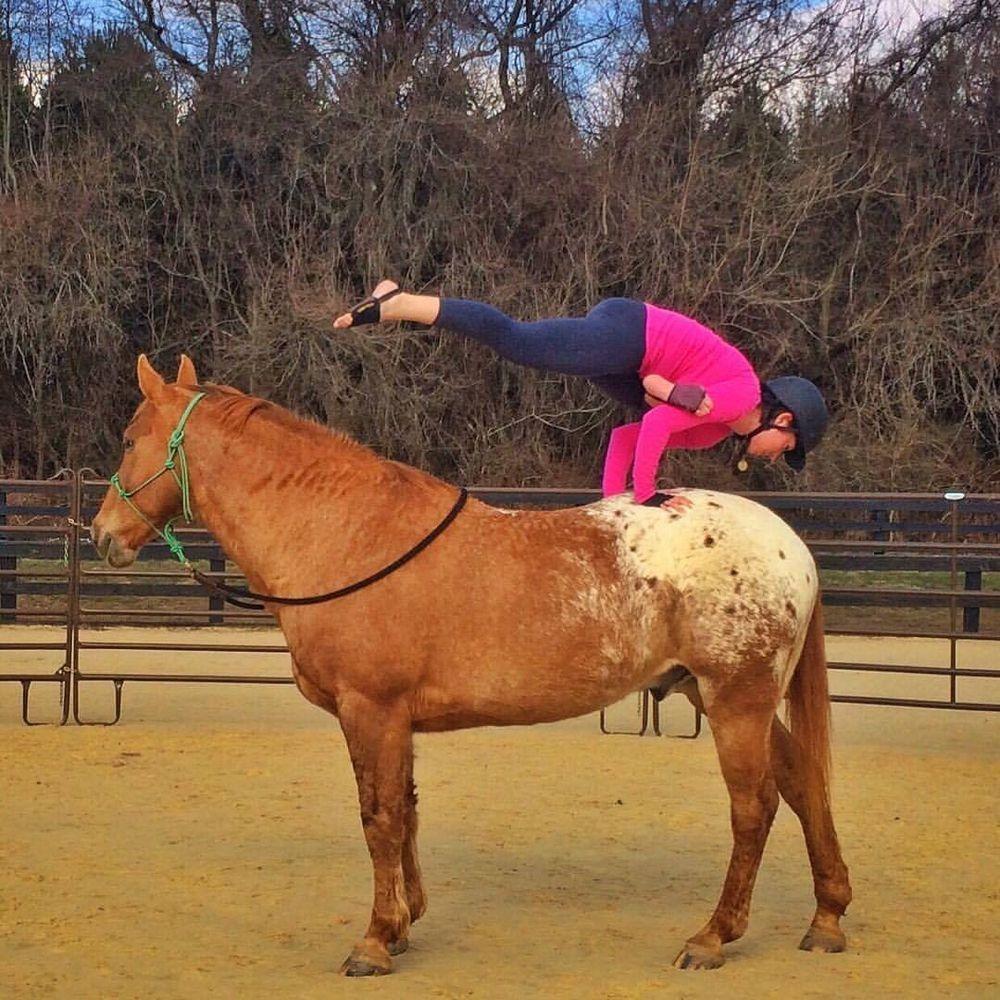 A lóháton jógázó nőtől leesik az állad - fotók