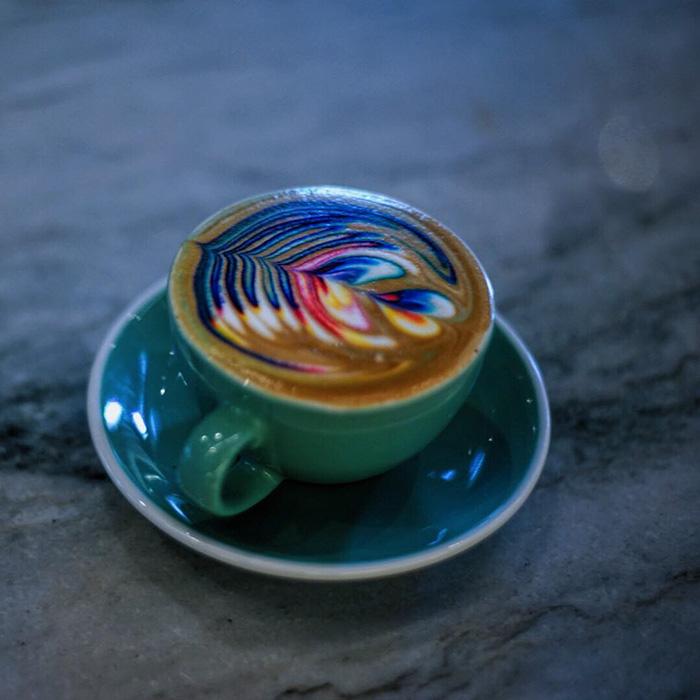 Művészet a kávédon: itt a szivárványos tejhab! - képek