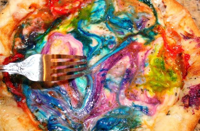 Itt a szivárványszínű pizza!
