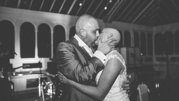 Megható nászajándékkal lepte meg beteg vőlegényét a menyasszony