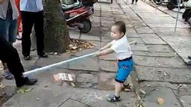 Vascsővel védte nagymamáját a hároméves kisfiú