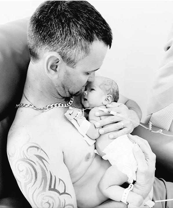 Szívszaggató fotó: felesége halála után újszülött kislányát dajkálja az apuka