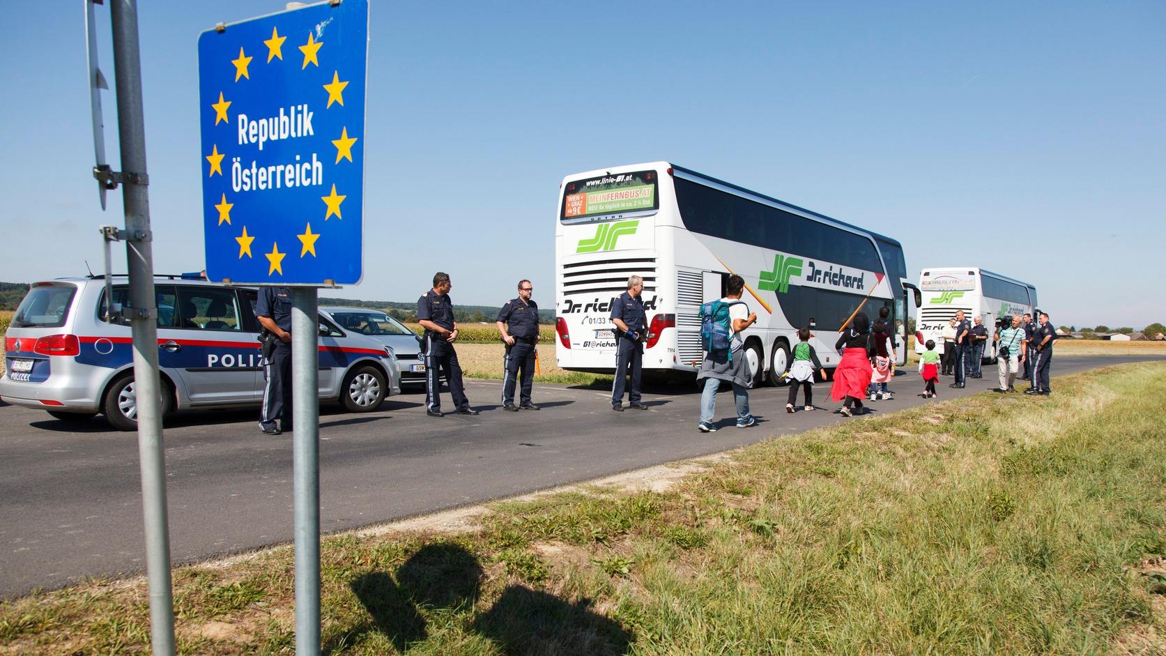 Moschendorf, 2015. szeptember 12. Illegális bevándorlók buszra szállnak az osztrák-magyar határ közelében Moschendorfnál (Nagysároslak) 2015. szeptember 12-én. MTI Fotó: Varga György
