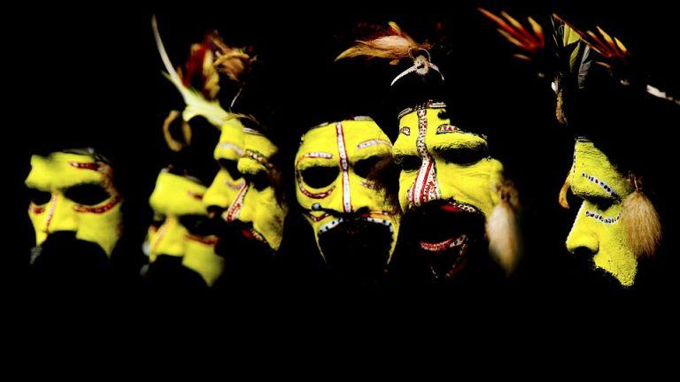 Huli férfiak ünnepi arcfestése (Pápua-Új-Guinea)