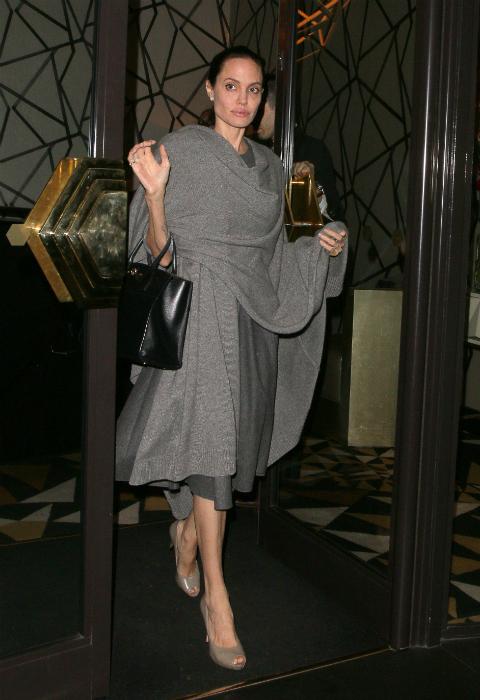 A 45 kilós Angelina Jolie így takargatja magát