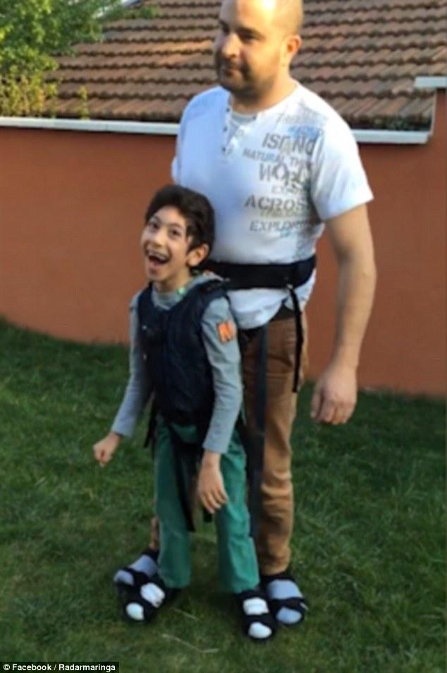 Elolvadsz az apukától, aki testére erősítette járásképtelen fiát, hogy focizhasson - videó