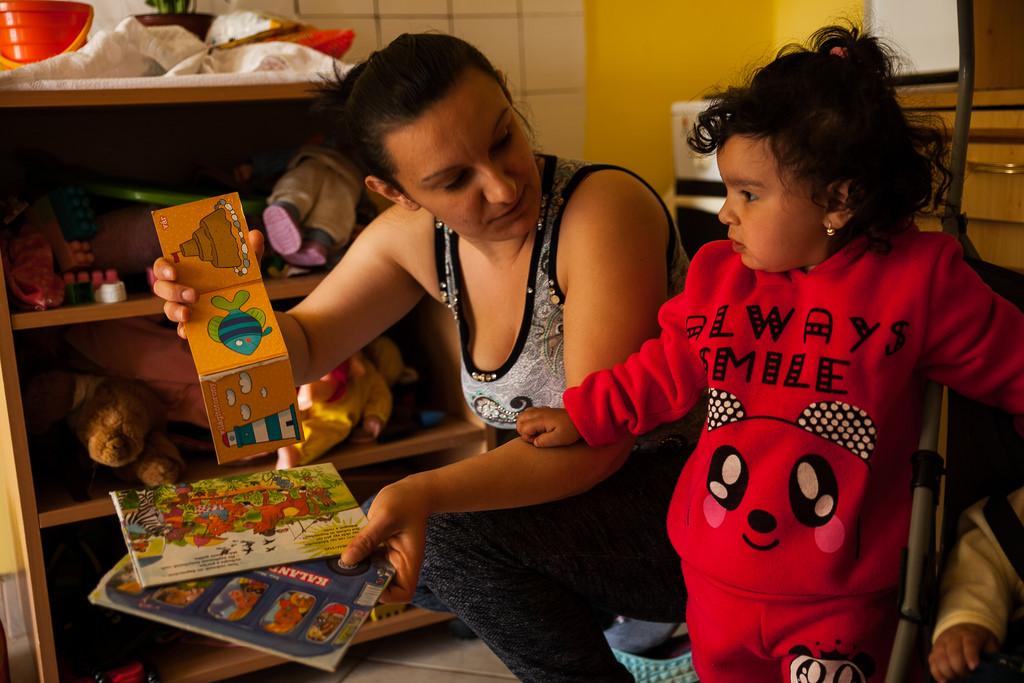 Noémi mutatja könyveiket   Fotó: Magócsi Márton