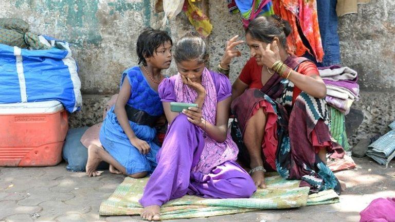 Indiában pánikgomb lesz a nők telefonján