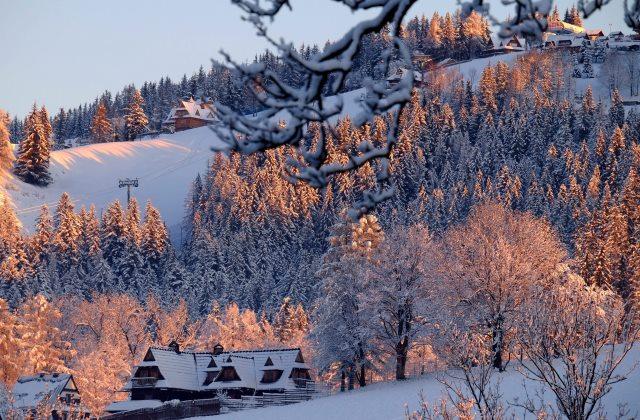 Friss hó lepi a fákat és tátrai üdülővárosban, Zakopanéban   2016. április 28-án. (MTI/EPA/Grzegorz Momot)