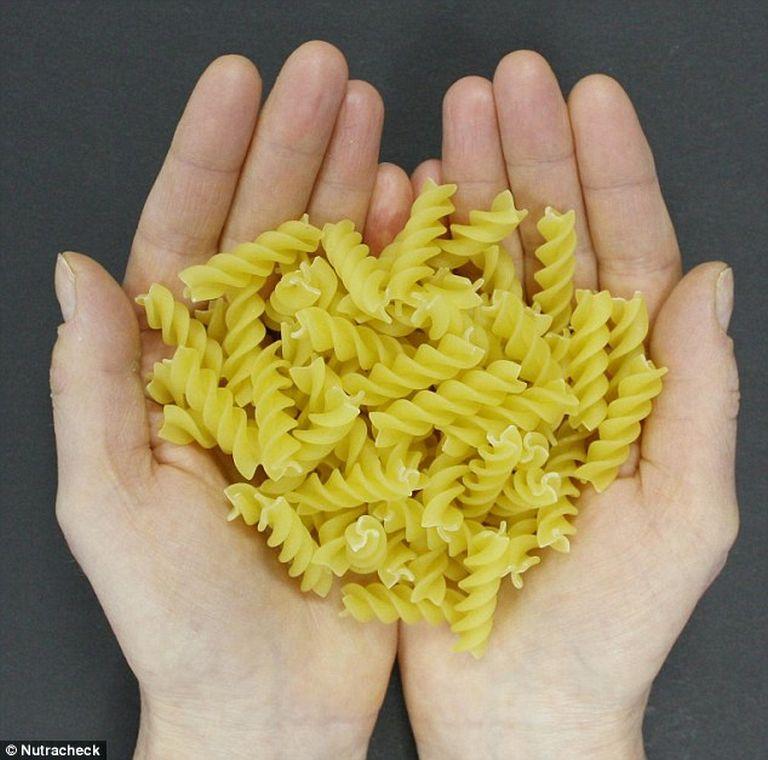Egy adag tészta, azaz 70 gramm. 247 kalóriát tartalmaz