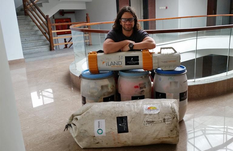Dávid a reptéren a felszerelésével Forrás: Johnnie Walker Annapurna Expedíció