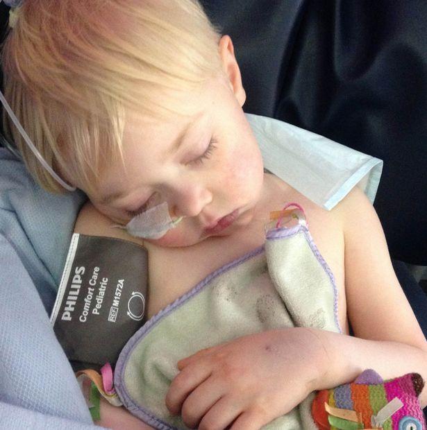 Szuperhősös pizsamában várta a májátültető műtétet apuka és kisfia
