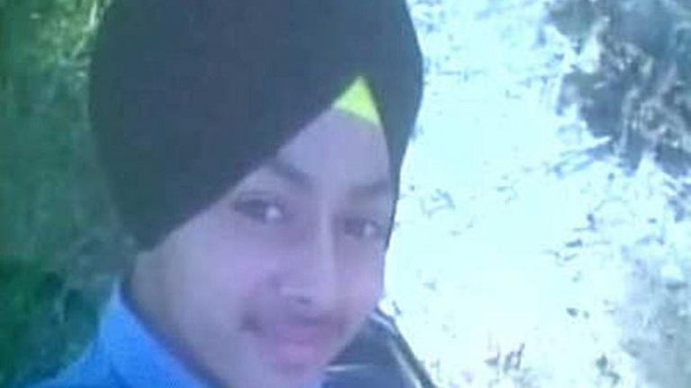Belehalt a szelfizésbe a tinédzser fiú, aki egy pisztollyal fotózkodott