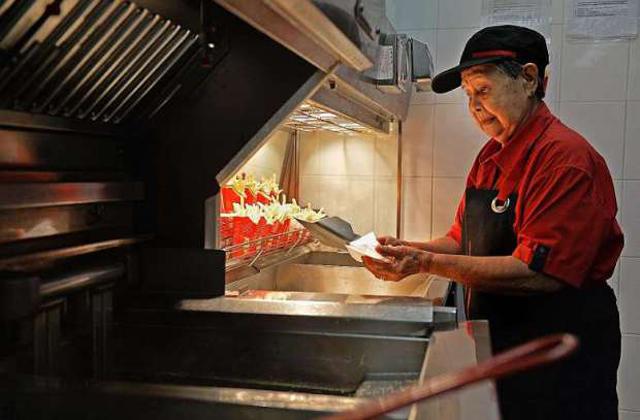 Ő a világ legidősebb mekis dolgozója