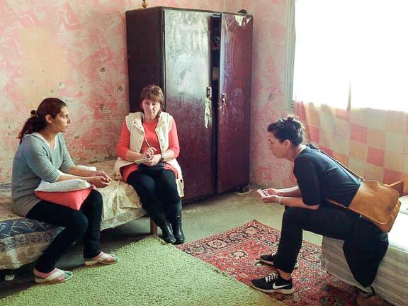 Magdival, a védőnővel és Henivel beszélgetünk, főképpen a pénz beosztásáról