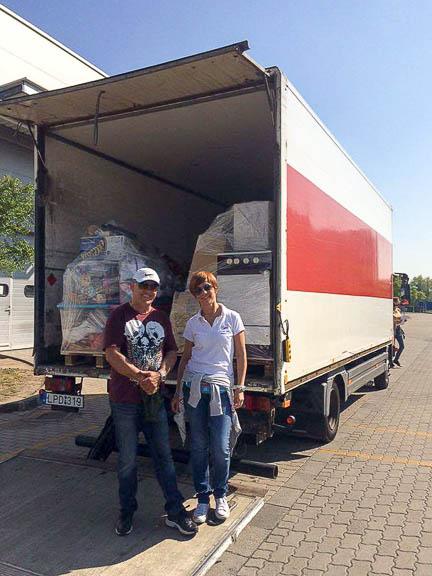 A megpakolt teherautó és sofőrje Emőkével, aki nagyon sokat segített